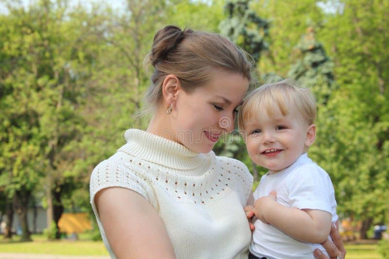 Muttereinflußschätzchen auf den Händen im Freien lizenzfreie stockfotografie