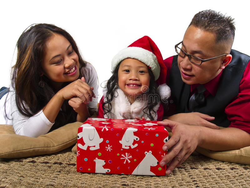 Muttergesellschaft, die dem Kind ein Weihnachtsgeschenk geben stockbilder