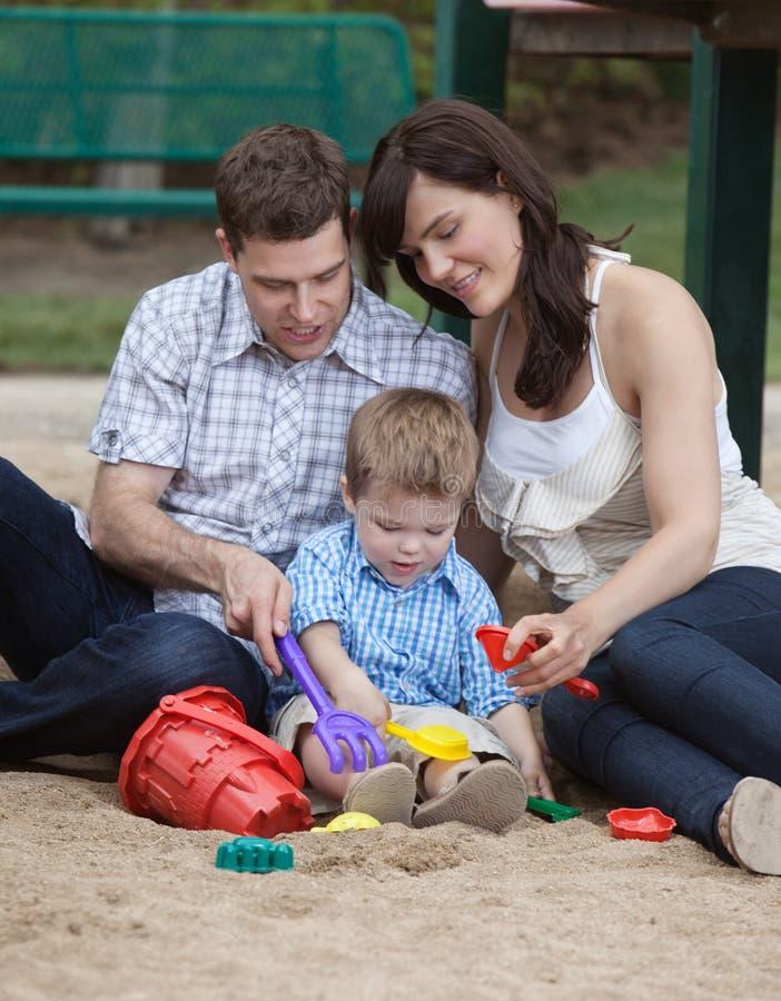 Muttergesellschaft, die mit ihrem Sohn spielen stockfotografie