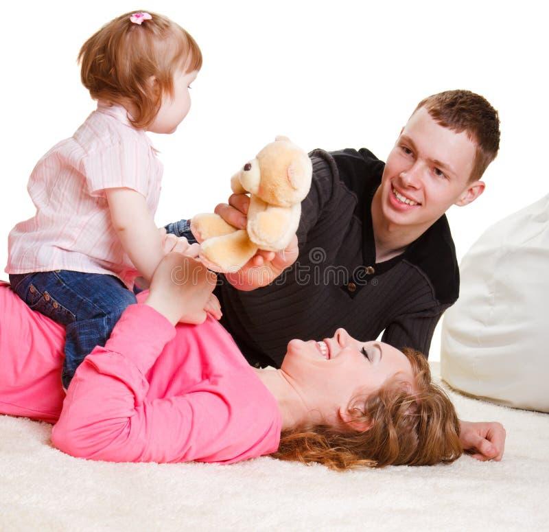 Muttergesellschaft, die mit Kleinkind spielen lizenzfreie stockfotografie
