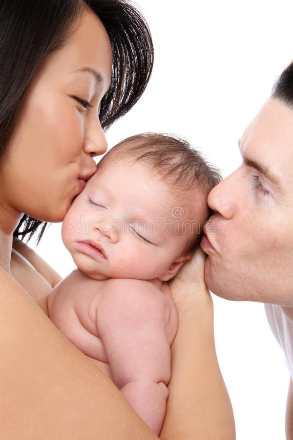 Muttergesellschaft, die Schätzchen küssen stockfotos