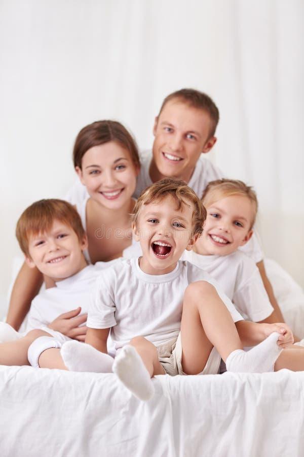 Muttergesellschaft mit Kindern stockfotos