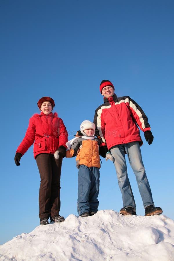 Muttergesellschaft mit Sohn oben auf schneebedeckten Hügel lizenzfreie stockbilder