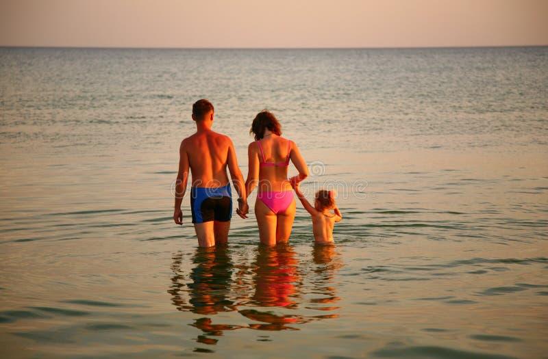 Muttergesellschaft mit Tochter im Meer stockbilder