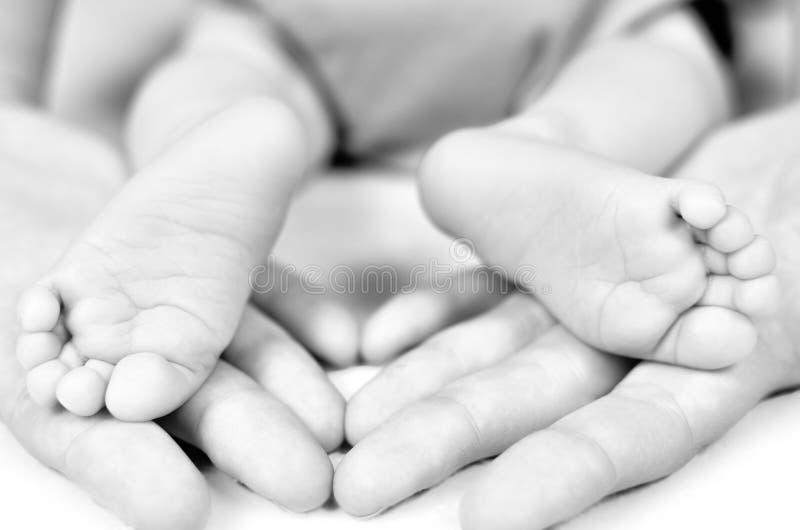 Muttergriff-Babybein in der Hand Fase gezeichnet unter Verwendung der Schatten Flaches foc stockfoto