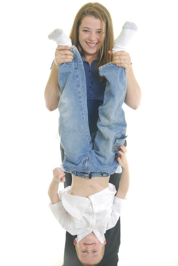 Mutterhängender Sohn stockfoto