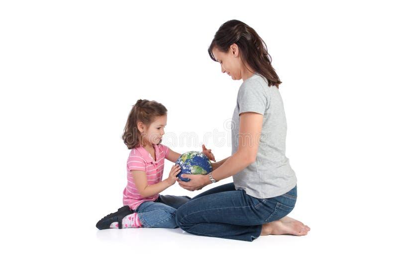 Mutterhelfende Tochter verstehen Welt lizenzfreie stockfotografie