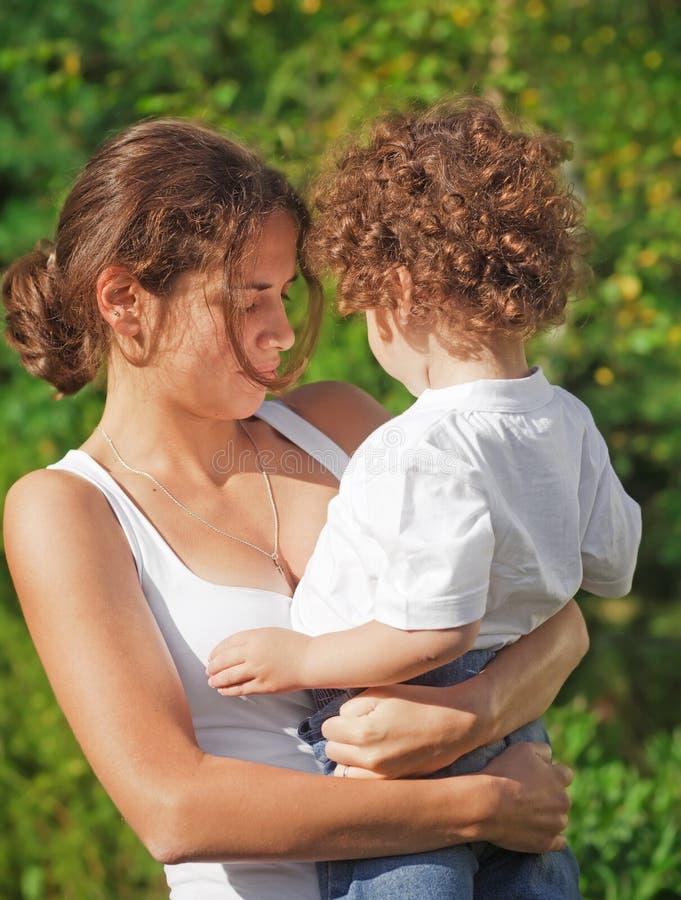 Mutterholding ihr Kind lizenzfreie stockbilder