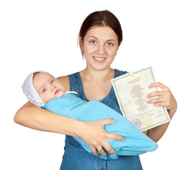 Mutterholdingschätzchen und Bescheinigung der Geburt lizenzfreies stockfoto