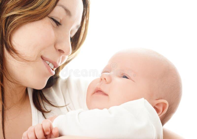 Mutterlächeln zu ihrem Kind lizenzfreie stockbilder