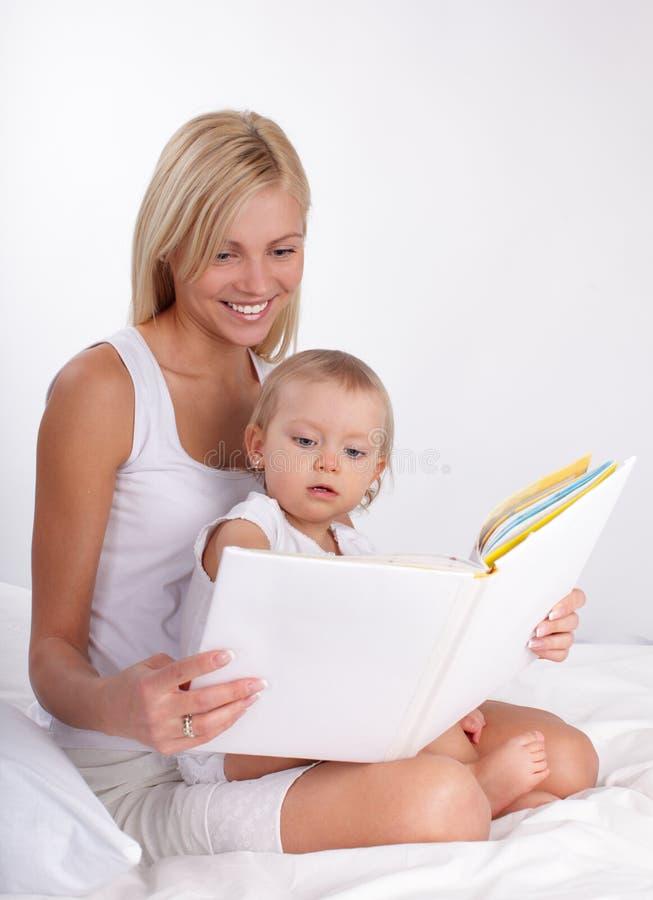 Mutterlesebuch zu einer Tochter lizenzfreie stockfotografie