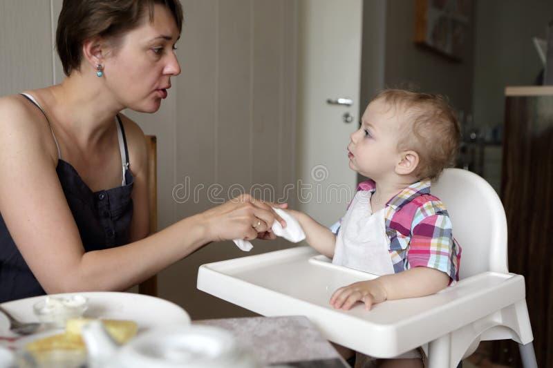 Mutterreinigungs-Sohnhand lizenzfreie stockbilder