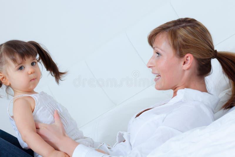 Mutterschätzchenspielen stockbilder