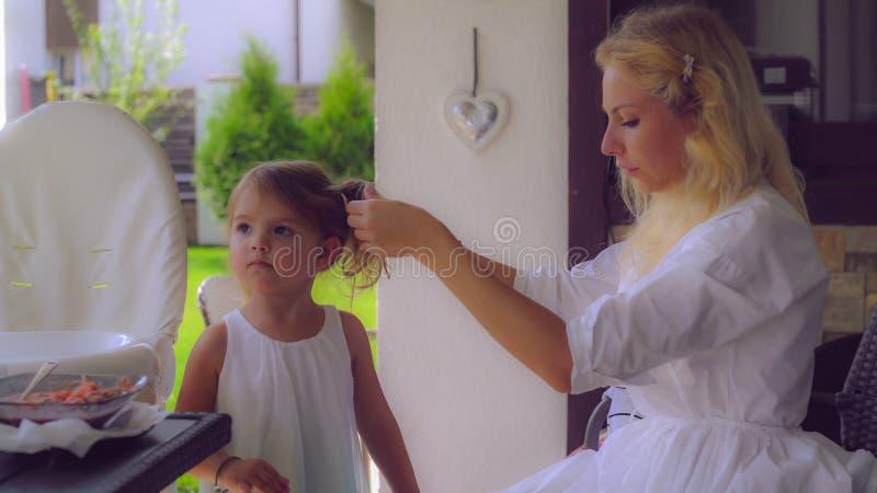 Muttersorgfalt über nettes Kind lizenzfreies stockfoto