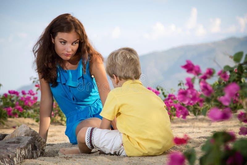 Mutterspiele mit ihrem Sohn stockfotos