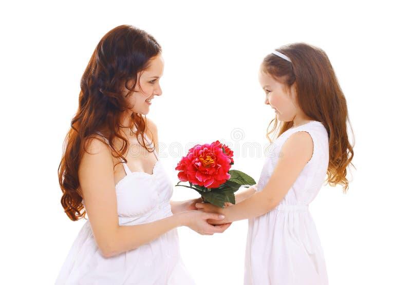 Muttertag, -geburtstag und -familie - Tochter gibt Blumenmutter stockfotografie