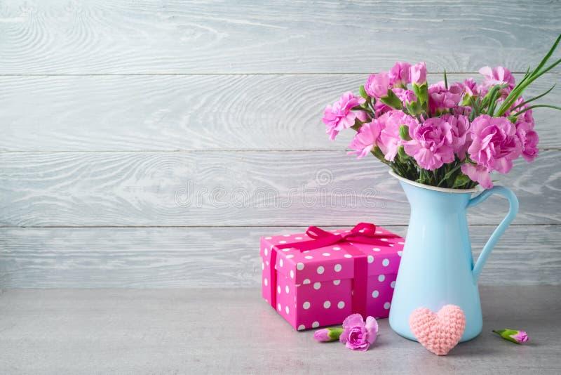 Muttertaghintergrund mit Blumen, Herzform und Geschenkbox stockfotografie