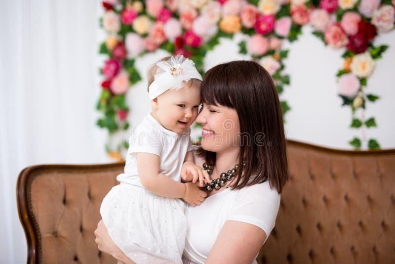 Muttertagskonzept - Portrait von glücklicher, schöner Mutter mit kleiner Tochter lizenzfreie stockfotografie