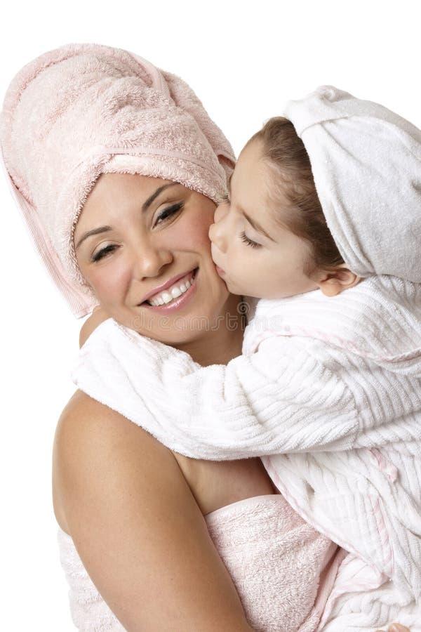 Muttertochter am bathtime stockfoto