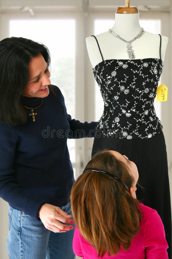 Muttertochter-Einkaufen stockbild