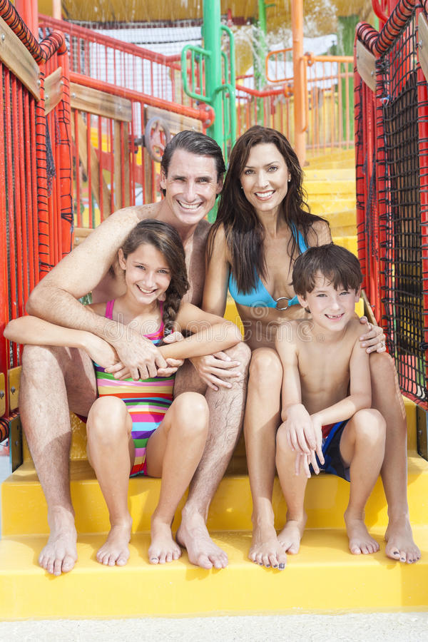 Muttervater-Sohn-Tochter-Kind-Familien-Wasser-Park lizenzfreie stockfotografie