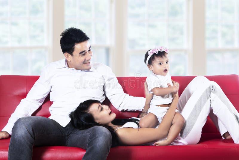 Muttervati und -tochter, die Spaß zu Hause haben stockbilder