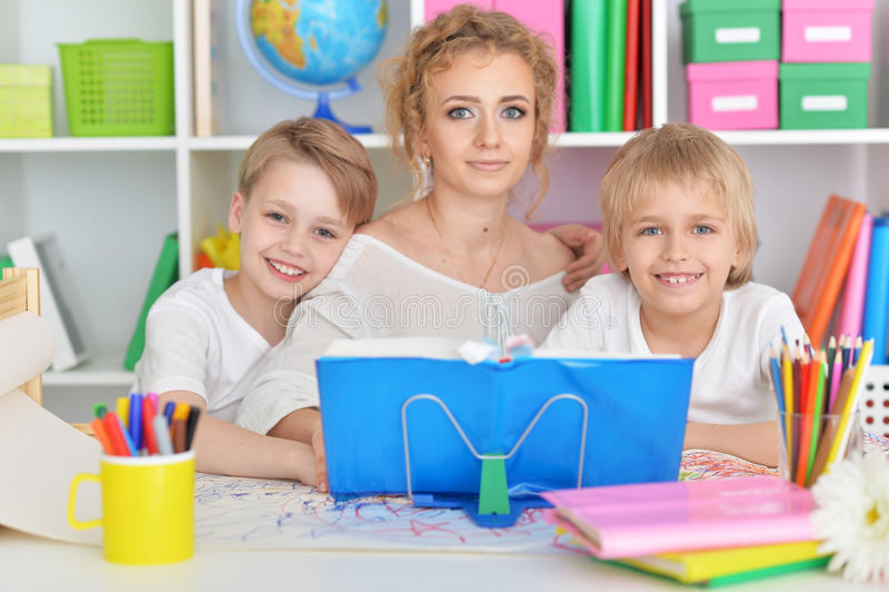 Mutterzeichnung mit drei netten Söhnen stockfotografie