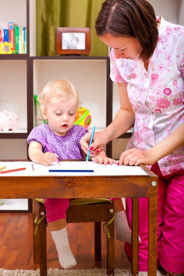 Mutterzeichnung mit ihrer Tochter lizenzfreie stockfotografie