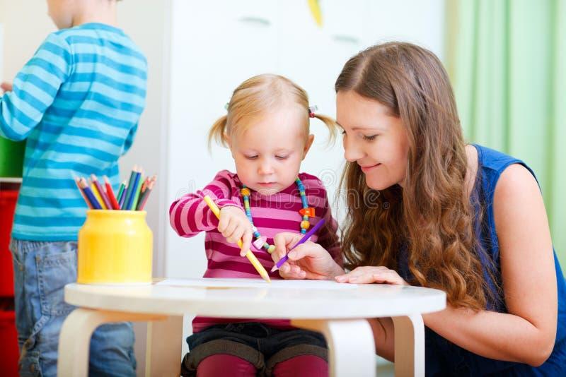 Mutterzeichnung zusammen mit ihrer Tochter lizenzfreie stockfotos