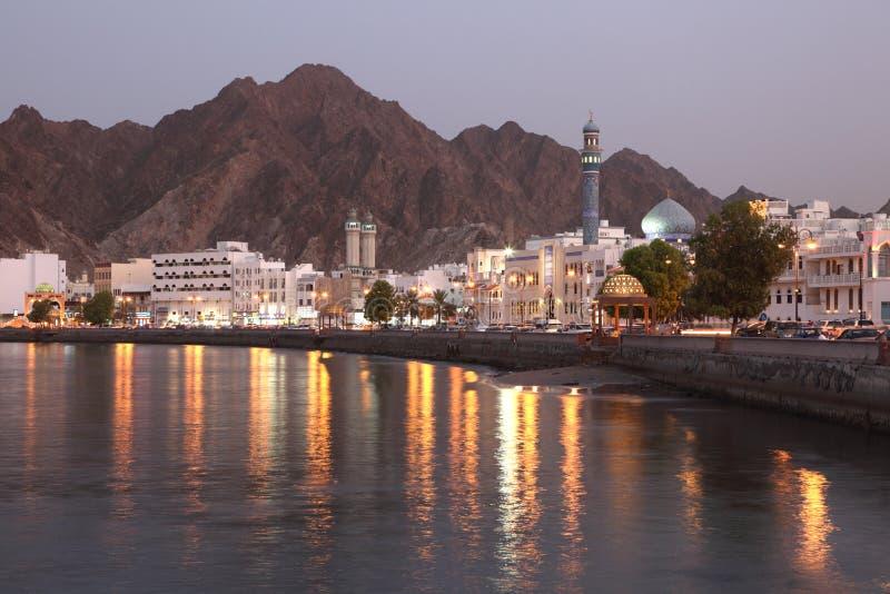 Muttrah Corniche bij schemer, Muscateldruif royalty-vrije stock afbeeldingen