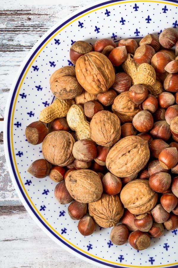 Muttrar jordnötter, sorterade valnötter royaltyfria foton