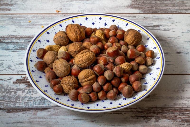 Muttrar jordnötter, sorterade valnötter arkivbilder