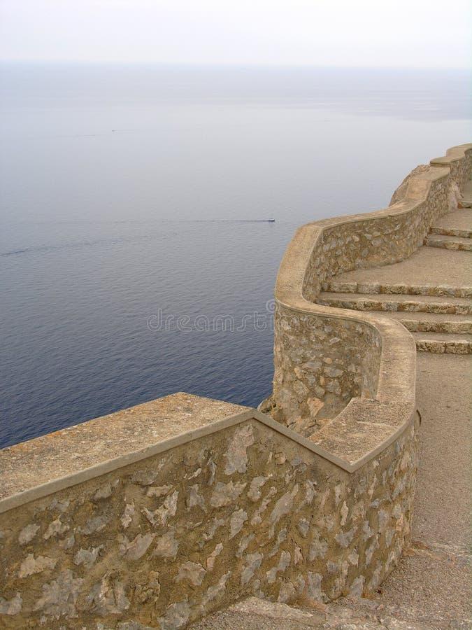 Muur boven de oceaan stock fotografie