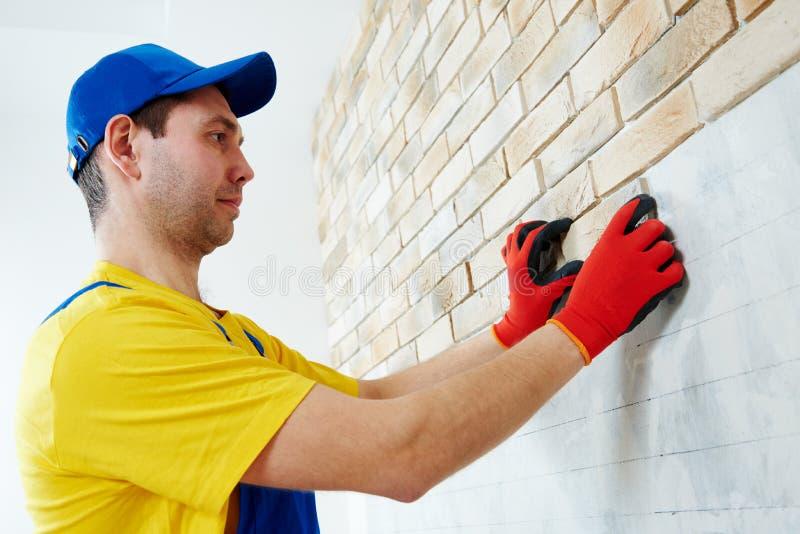 Muur die het werk met baksteen door professionele metselaarsarbeider onder ogen zien royalty-vrije stock fotografie