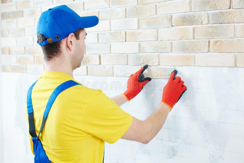 Muur die het werk met baksteen door professionele metselaarsarbeider onder ogen zien royalty-vrije stock foto