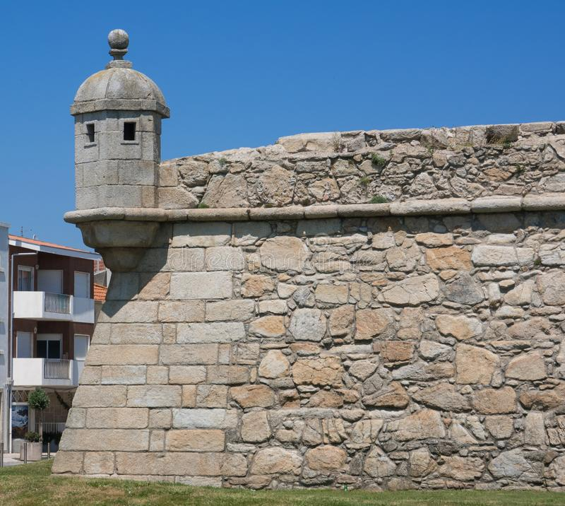 Muur en torentje van historisch oud steenfort in Povoa DE Varzim, Porto district, Portugal stock foto's