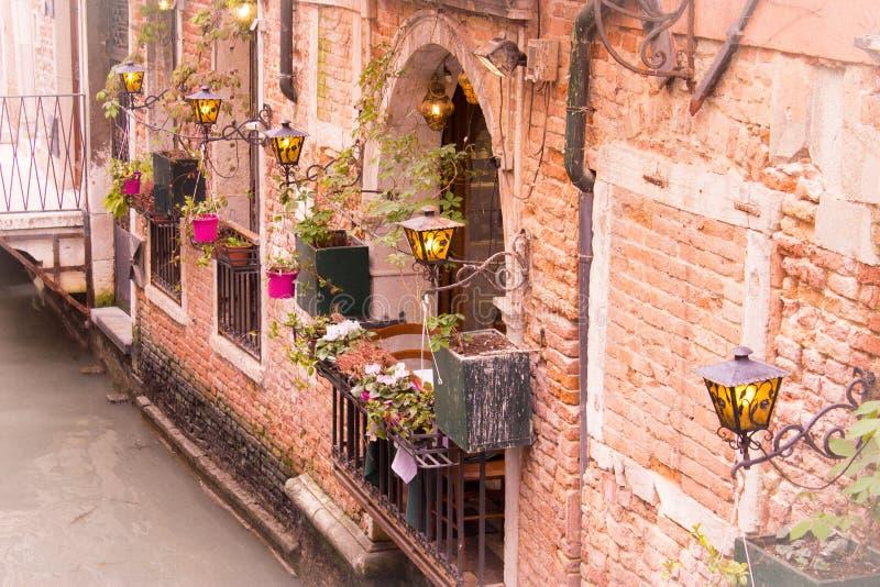 Muur met bloemen in Venetië royalty-vrije stock foto's