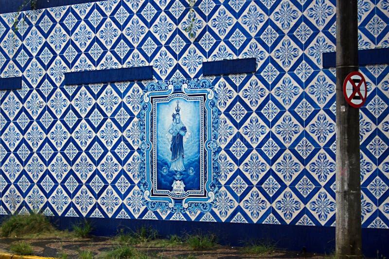 muur met decoratieve vloer stock foto