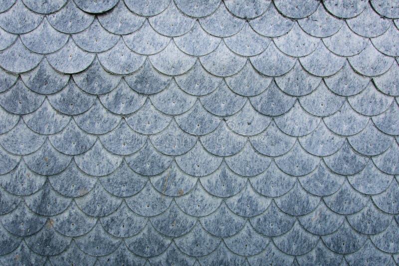 Muur met geschubde elementen van vezelig materiaalvlok die wordt behandeld stock afbeeldingen