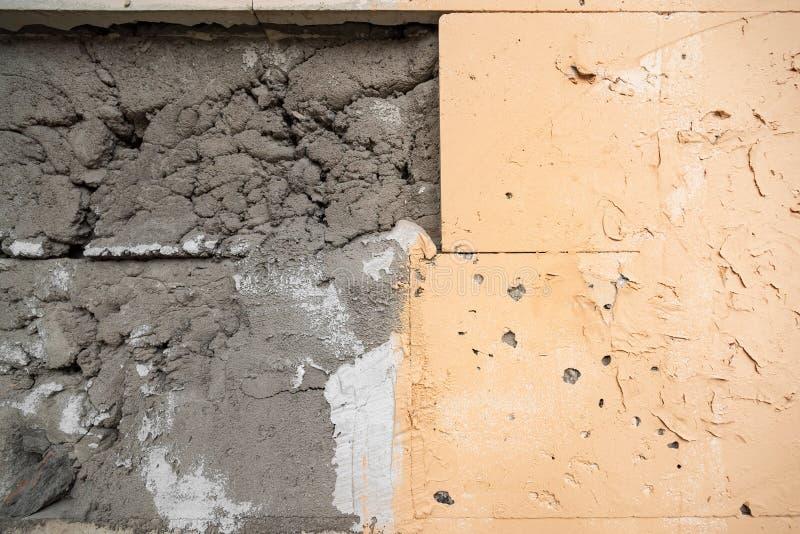Muur met gevallen van tegels stock afbeelding