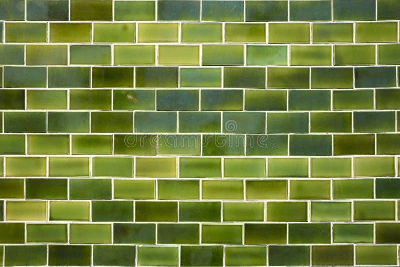 Muur met groene keramische tegels wordt verfraaid die royalty-vrije stock fotografie