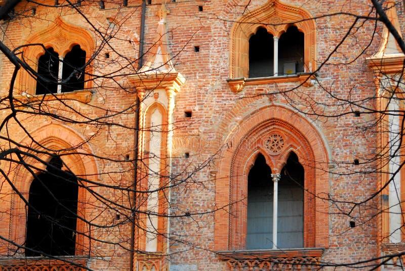 Muur, met mooie vensters met verticale raamstijlen, het kasteel van Vigevano dichtbij Pavia in Lombardije (Italië) royalty-vrije stock afbeeldingen