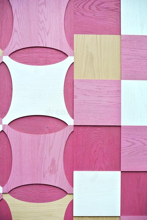Muur met roze en witte houten geometrische ontwerpen wordt verfraaid dat royalty-vrije stock foto