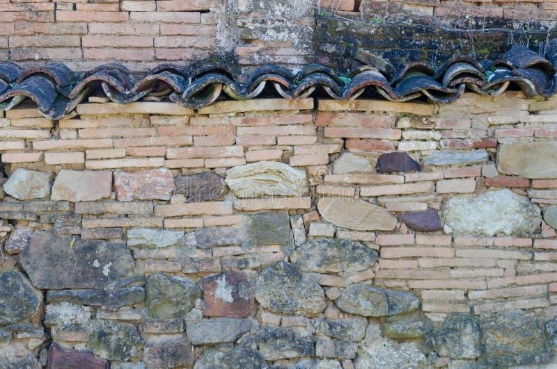 Muur met stenen, bakstenen en oude tegels royalty-vrije stock afbeeldingen