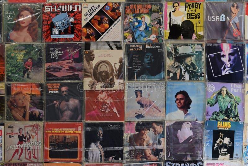 Muur met vinylverslagen royalty-vrije stock afbeeldingen