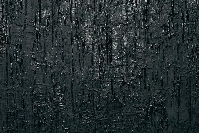 Muur met zwarte stromende verf, kunstachtergrond royalty-vrije stock foto