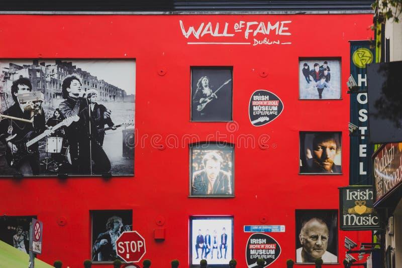 Muur van Bekendheid in Dublin Temple Bar die beelden van CIT ` s kenmerken royalty-vrije stock fotografie