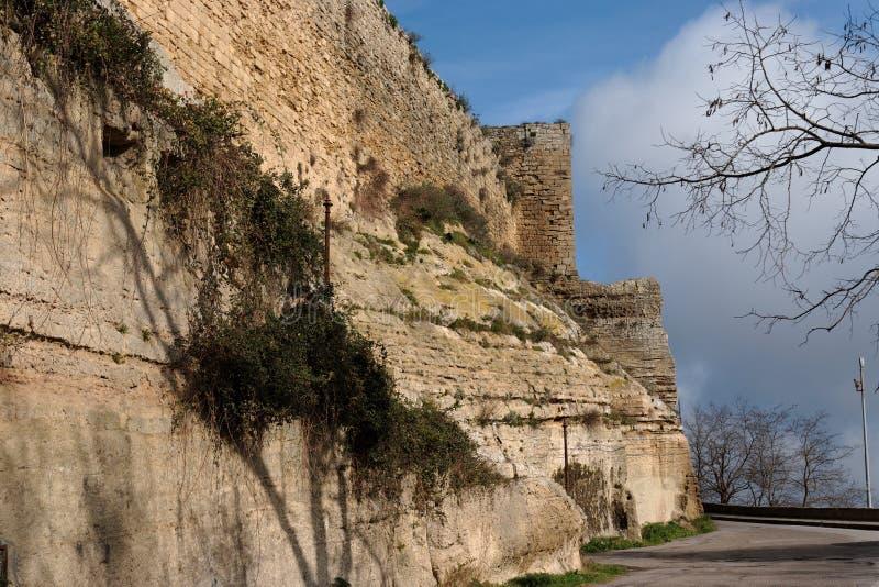 Muur van Castello Di Lombardia middeleeuws kasteel in E royalty-vrije stock foto
