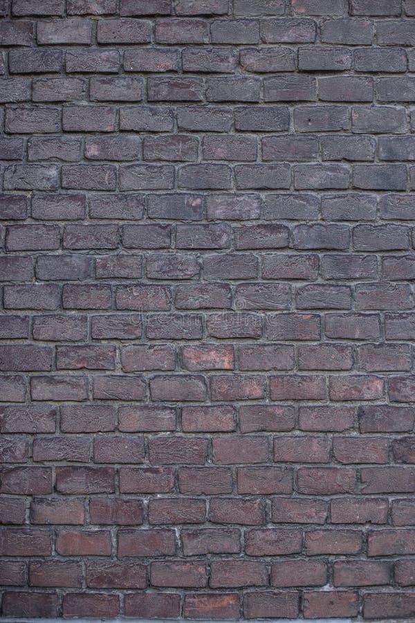 Muur van donkere baksteen stock afbeeldingen