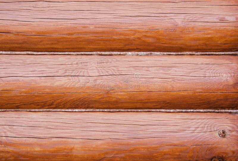 Muur van een modern landelijk die huis van logboeken wordt gemaakt met hennep worden geïsoleerd Houten achtergrond royalty-vrije stock afbeeldingen